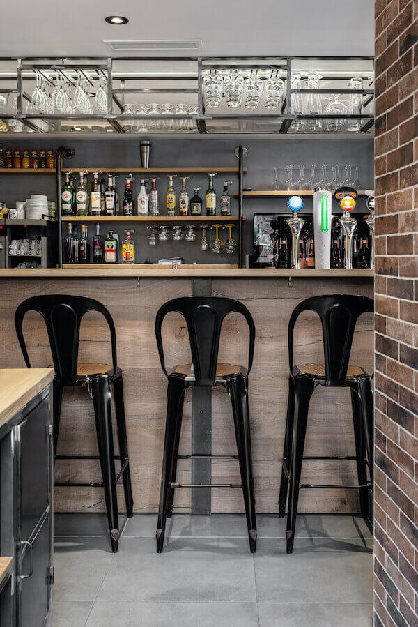 decoration-materiaux-chaises-bar-comptoir